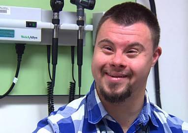 5b189499a8b Ενας εργαζόμενος με σύνδρομο down σε Νοσοκομείο Παίδων εμπνέει γιατρούς και  ασθενείς!